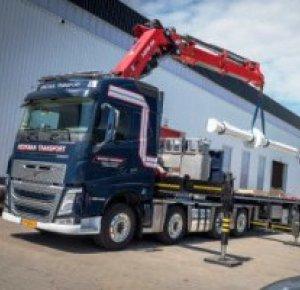 Volvo FH 8x2 kraanwagen met medium chassishoogte voor Beekman Transport.