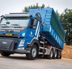 Volvo FM 410 8x4 tridem met gestuurde naloopas voor Brauer Grondverzet en Transport.
