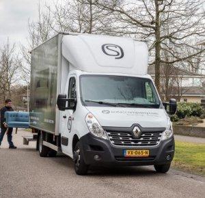 Meerwaarde in maatwerk: Twee Renault Trucks Masters voor Sofacompany.