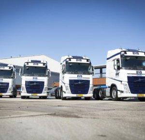 Vier Volvo FH 500 6x2 voorloopastrekkers voor BVB Logistics.