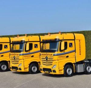 Kraanverhuur Boekestijn neemt drie Actros 4158 SLT trucks in gebruik.