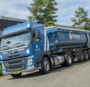 Drie Volvo FM LNG-trekkers voor Brauer Grondverzet en Transport.