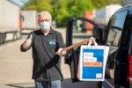 Coronacrisis: DocStop en DKV delen zorgkits uit aan vrachtwagenchauffeurs.
